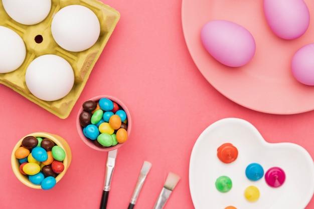 Ferramentas para pintar ovos na mesa