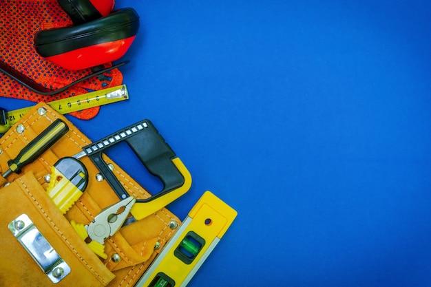 Ferramentas profissionais na bolsa para o marceneiro e conjunto de peças de reposição para o mestre