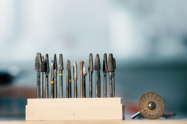 Ferramentas retificadoras e brocas para técnicos dentais.