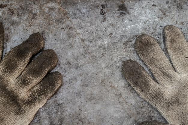 Ferramentas sujas faz-tudo luva oficina conceito fundo vista superior