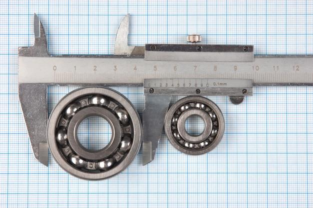 Ferramentas técnicas em um papel milimetrado