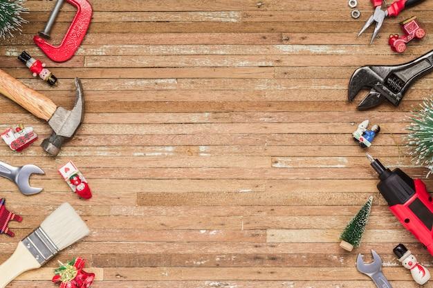Ferramentas úteis de construção com enfeite de natal em madeira