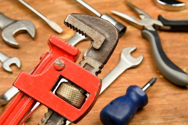 Ferramentas variadas em madeira grunge usadas pelo trabalhador