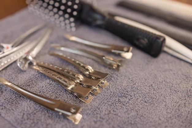 Ferramentas vintage de barbearia na mesa de madeira.
