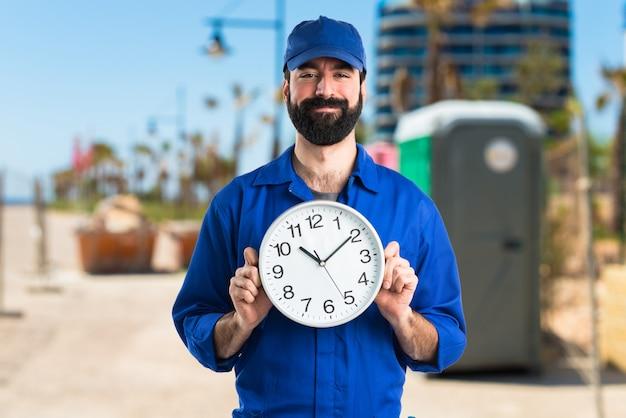 Ferreiro com relógio