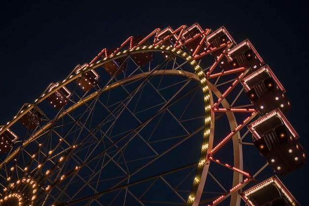 Ferris roda em um parque da noite. entretenimento no parque