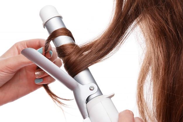 Ferro de frisar e cabelo