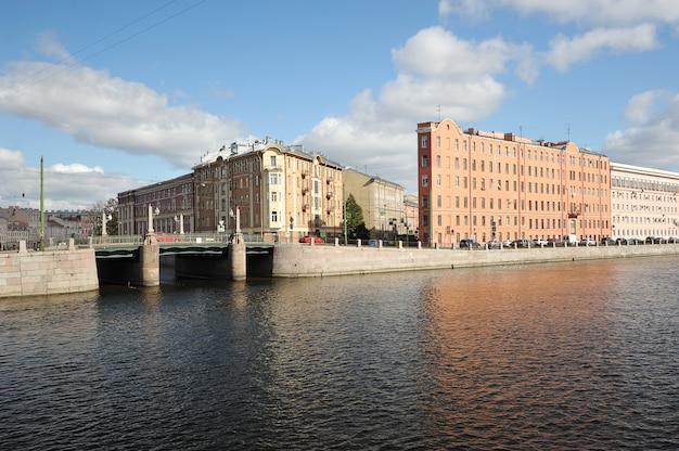 Ferro de passar roupa na interseção da rua garden e na margem do rio fontanka em são petersburgo, rússia