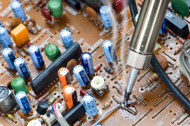 Ferro de soldar e teste de verificação de placas eletrônicas
