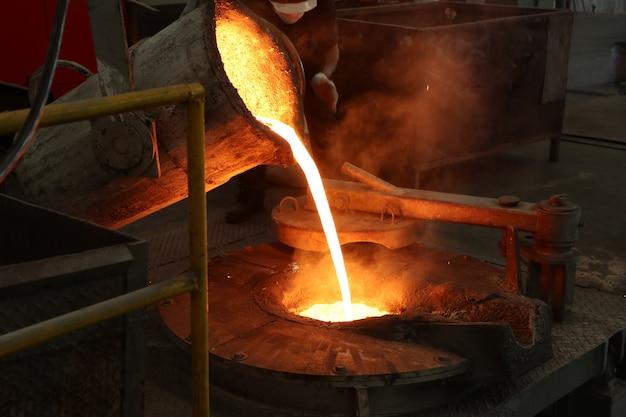 Ferro derretido despeje da panela em forno de fusão