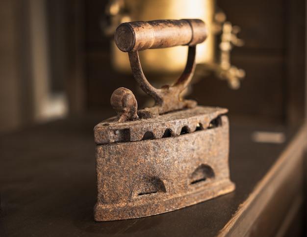 Ferro liso vintage antigo com cabo de madeira.