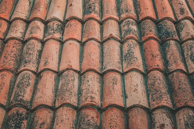 Ferro oxidado, oxidação bonita em uma placa de madeira.