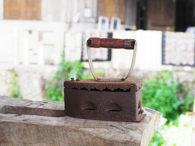 Ferro vintage na mesa de madeira.