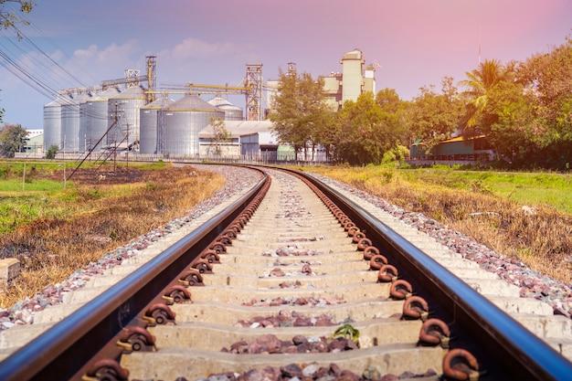 Ferrovia e indústria.