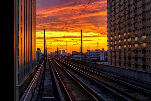 Ferrovia e nascer do sol