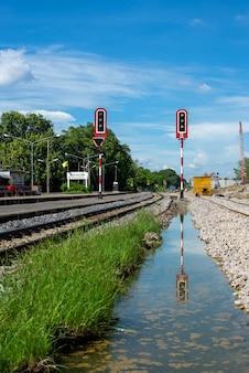 Ferrovia, e, semáforo, com, céu azul, fundo