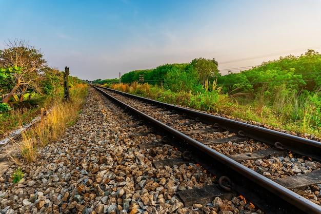 Ferrovia e transporte ferroviário de trem com a cor da luz do sol do céu