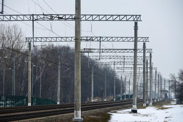 Ferrovia eletrificada no ponto de parada da cidade