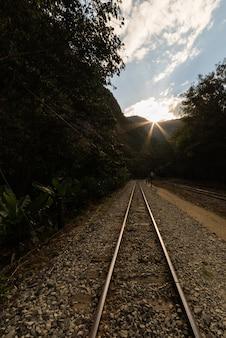 Ferrovia para a vila de machu picchu, peru