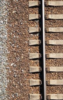 Ferrovia russa. ferroviária de verão. trilhos e dormentes.