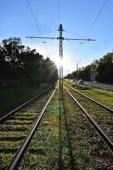 Ferrovia sob luz solar intensa, trilhos de bonde