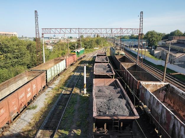 Ferrovia, vagões transportando cargas diferentes