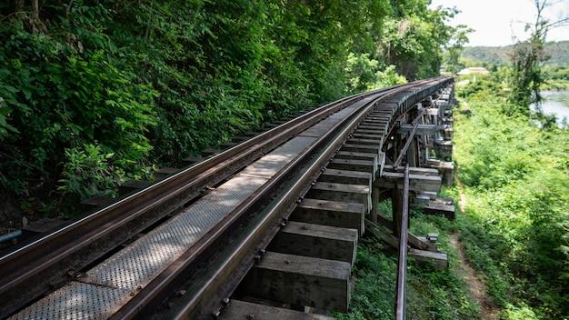 Ferrovia vintage, trilhos em uma cena rural.