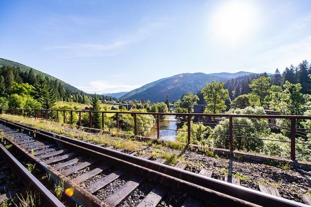 Ferroviária entre a bela paisagem.