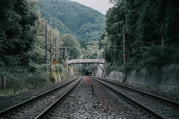 Ferroviária local e estação ferroviária japonesa em estilo vintage de filme