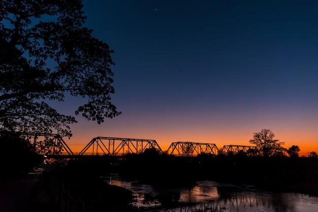 Ferroviária ponte silhueta crepúsculo natureza