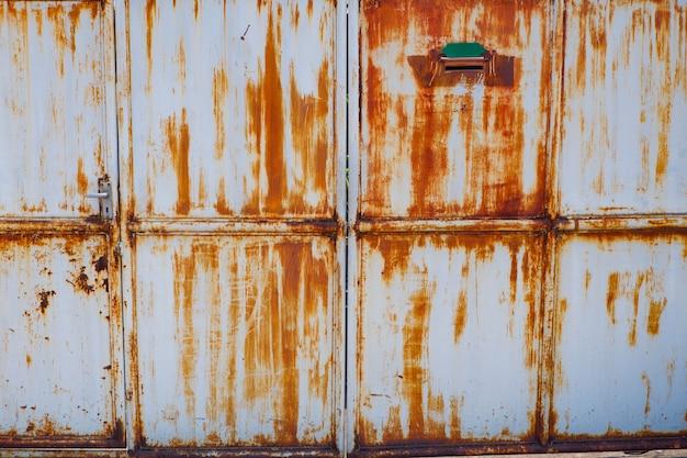 Ferrugem na porta da superfície de aço