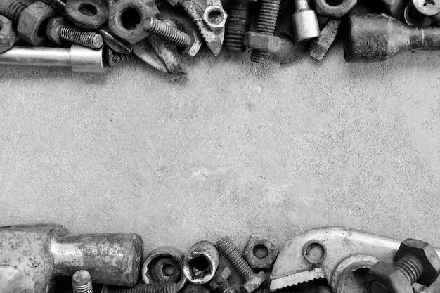 Ferrugem peças de aço no chão de cimento