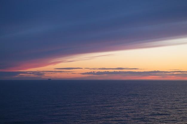 Ferry ao pôr do sol. céu muito bonito.
