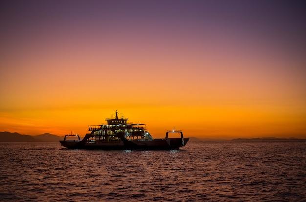 Ferry com pôr do sol em puntarenas costa rica.