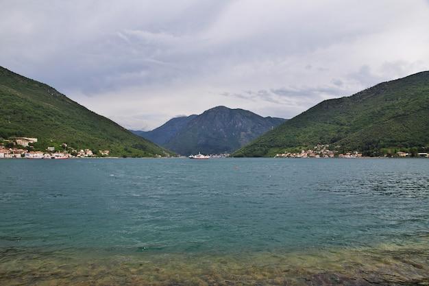 Ferry em baía de boka kotorska, montenegro, costa adriática