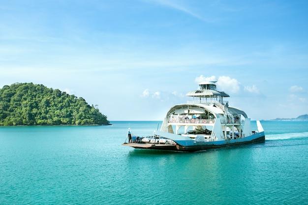 Ferry passa pelo mar. balsa na ilha de koh chang, tailândia.