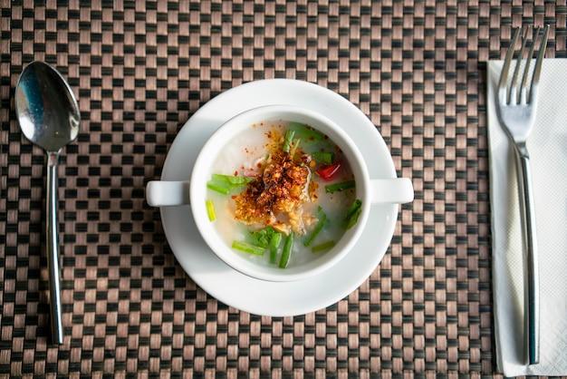 Ferva arroz pequeno-almoço asiático
