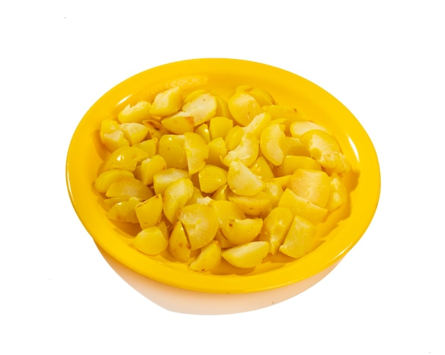 Ferva groselha ou amla salgada no fundo branco