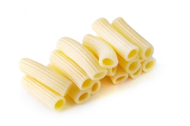Fervura italiana tradicional da massa até cozinhado isolado sobre o fundo branco.