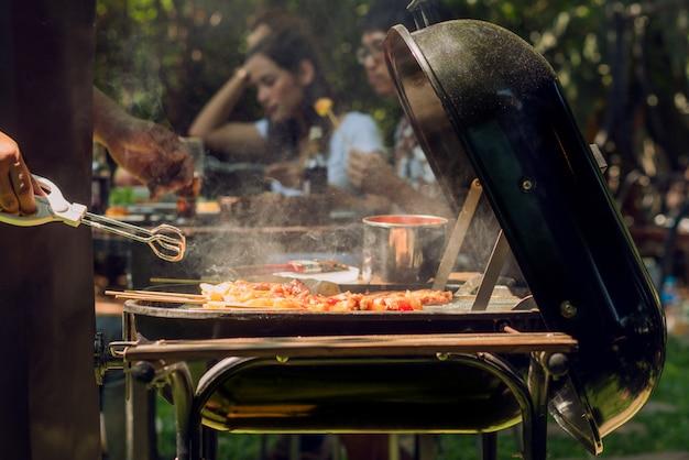 Festa da tarde, churrasco e porco assado