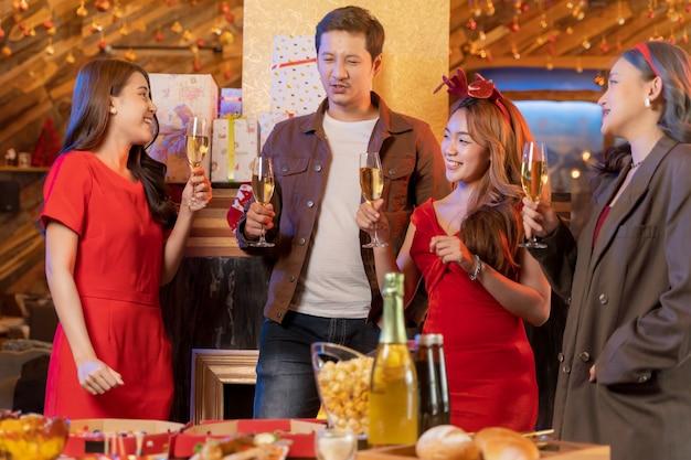 Festa de amigos asiáticos curtindo bebidas de natal e comemorando