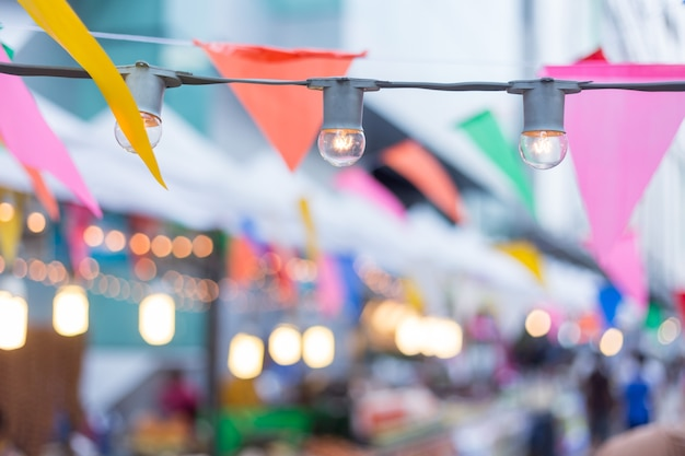 Festa de aniversário, lâmpada de luzes, bandeiras de festa