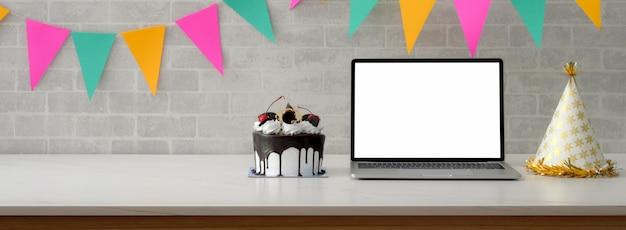 Festa de aniversário on-line com laptop de tela em branco e bolo