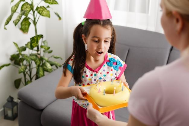 Festa de aniversário virtual de crianças com bolo on-line junto com sua amiga em vídeo-conferência