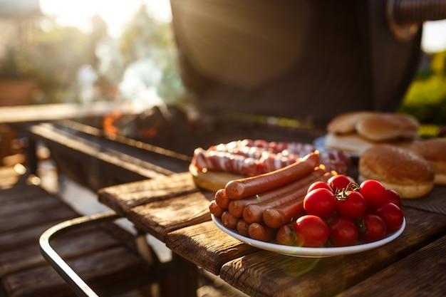Festa de churrasco. comida saborosa na mesa de madeira.