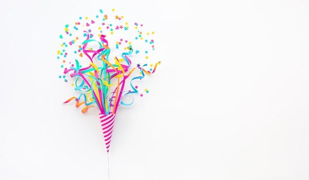 Festa de comemoração e aniversário com confetes coloridos
