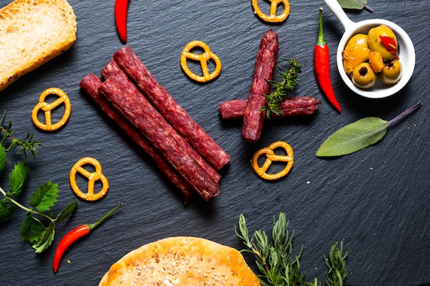 Festa de comida com diferentes tipos de carne e pão caseiro em pedra ardósia preta