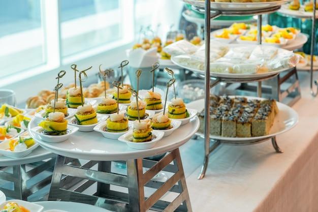 Festa de coquetel com sobremesa de variedade e comida elegante