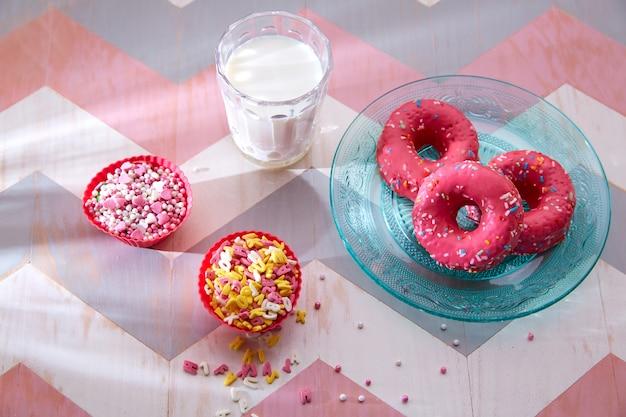Festa de crianças com leite rosa donas e topings cupcake