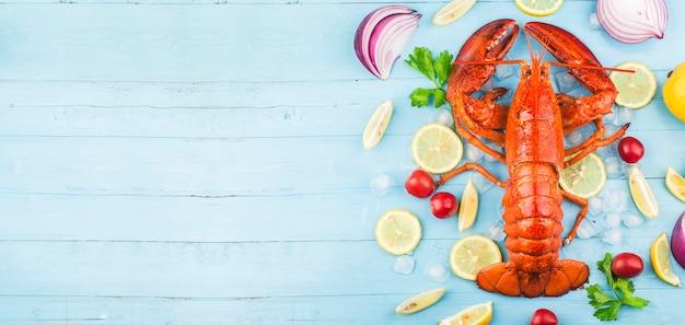 Festa de frutos do mar; limão e lagosta fresca de boston no gelo